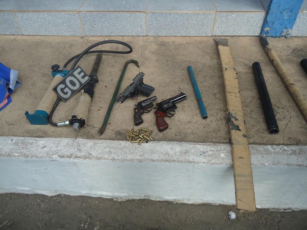 Foto 2 – Armas e equipamentos que foram apreendidos com os dois assaltantes.