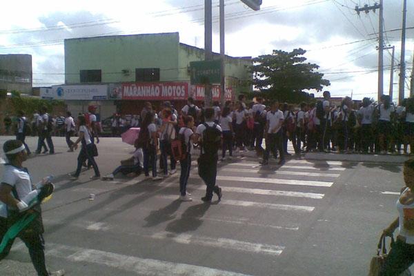 Os alunos bloquearam as duas vias da Av Jerônimo de Albuquerque