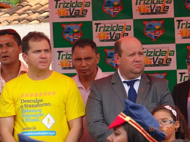 Araújo ao lado do prefeito de Trizidela do Vale.