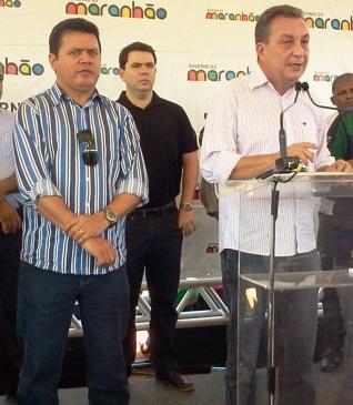 Rigo Teles, deputado estadual observa Luis Fernando discursando.