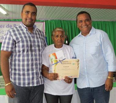 Deputado Alberto Filho e prefeito Zé Alberto entregam certificado a participante do curso