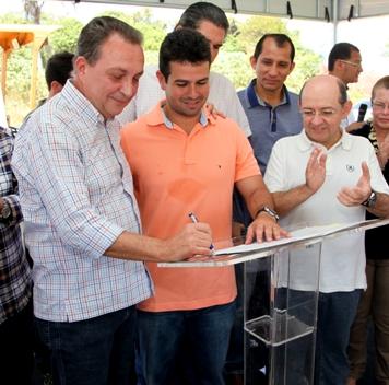 Secretário Luis Fernando Silva assina ordem de serviço ao lado do prefeito Gil Cutrim.