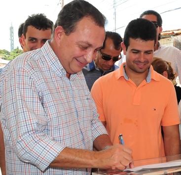 Luis Fernando ao lado de Gil autorizando outra escola.