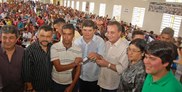 Secretário Luis Fernando e demais autoridades entregam chave de imóvel a contemplado.