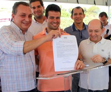 Secretário Luis Fernando Silva mostra ordem de serviço ao lado do prefeito Gil Cutrim.