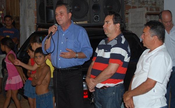 Secretário Luis Fernando, ao lado do vereador Manoel Rego, garantiu recursos para pavimentação no Coroadinho