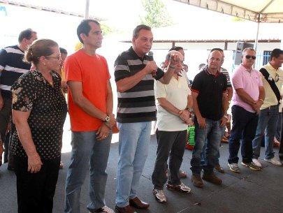 Secretário Luis Fernando, ao lado do vice-prefeito de Ribamar, Eudes Sampaio e demais autoridades durante solenidade em São José de Ribamar.