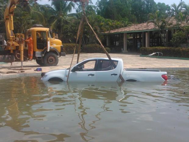 Carro caiu em piscina de um hotel em Balsas, no Maranhão (Foto: G1 MA)