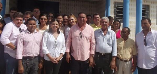 Amarildo-ao-lado-da-governadora-e-grupo-político-e1382819437623