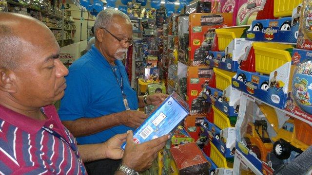 Fiscais do Inmeq-MA Clovis Valois e Estevão Amorim vistoriam brinquedos nas lojas de São Luís.