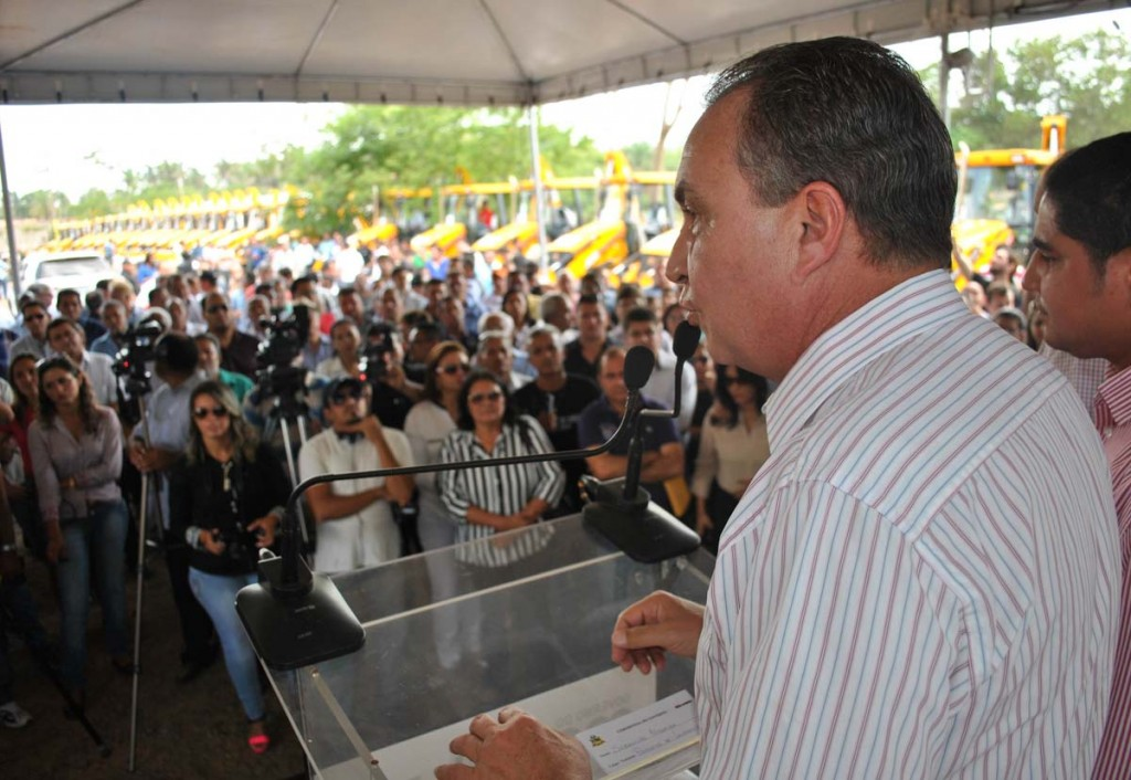 Secretário Luis Fernando destaca parceria na solenidade de entrega de retroescavadeiras para municípios do Maranhão.
