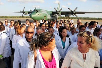 Médico desembarcando em São Luís.