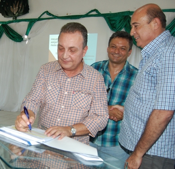 Secretário Luis Fernando Silva, ao lado do prefeito Ribamar Alves, assina ordem de serviço para obras em Santa Inês.