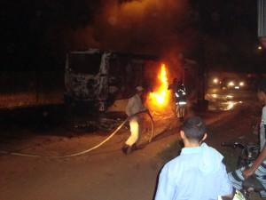 Ônibus que foi incedeado por bandidos na noite de ontem no São Cristovão