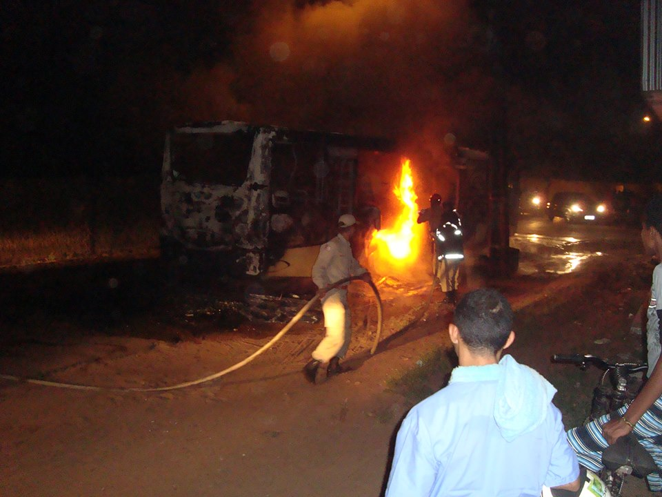 Um dos ônibus incendeados por bandidos