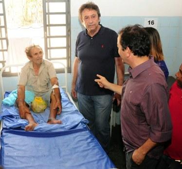 Secretário Ricardo Murad e prefeito Miltinho Aragão conversam com paciente no Hospital Municipal de São Mateus.