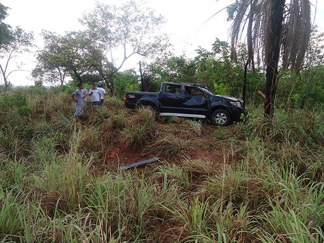 A caminhonte Hilux conduzida pelo prefeito Valdivino Rocha teve avarias.(Foto: Aldo Manoel/ Divulgação