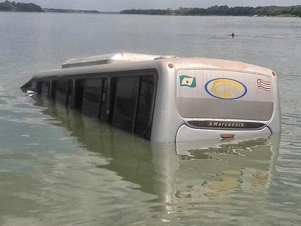 Micro-ônibus parcialmente inundado após acidente (Foto: Antonio Pinheiro/Divulgação)