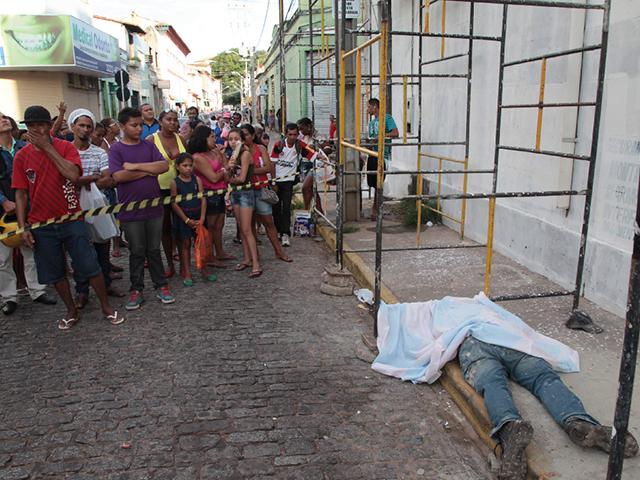 O operário caiu de uma altura aproximada de cinco metros. (Foto: Douglas Júnior/O Estado)
