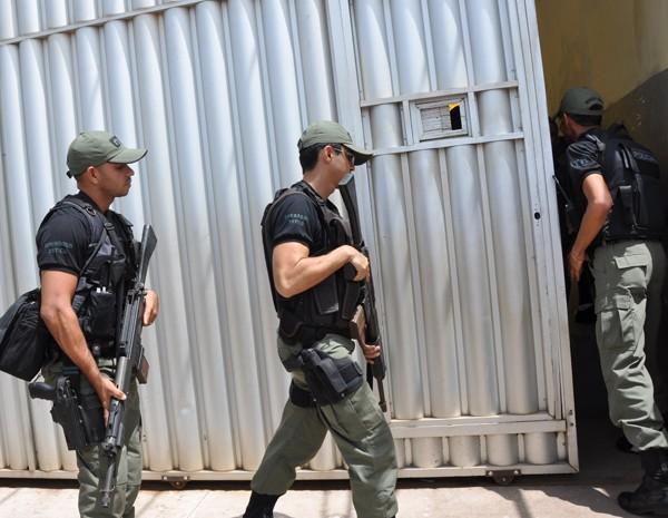 Policiais estão no local para tentar controlar o tumulto entre os presos. (Foto: Biaman Prado/O Estado)