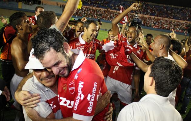 Após acesso, jogadores do Vila Nova festejam no gramado do Serra Dourada: o Tigre será o próximo adversário do Sampaio Corrêa na Série C. (Foto: Divulgação / Site oficial do Vila Nova F.C.)