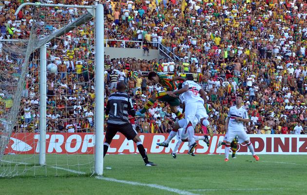 Em jogo bastante equilibrado, Sampaio e Santa Cruz empataram sem gols no primeiro confronto da final do Campeonato Brasileiro Série C. (Foto: Paulo de Tarso Jr / Imirante)