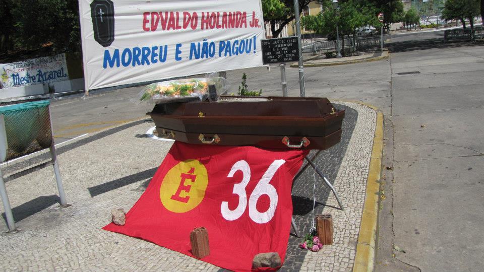 Cooperados do Município fizeram enterro simbólico em frente à Prefeitura de São Luís, eles estão acampados em protesto por falta do pagamento de 20 meses de salários atrasados.