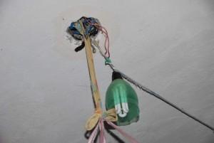 Instalações elétricas improvisadas também foram observadas