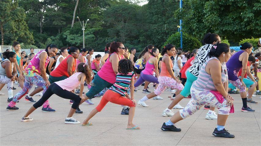 Pessoas de todas as idades praticando exercícios em Buriticupu.