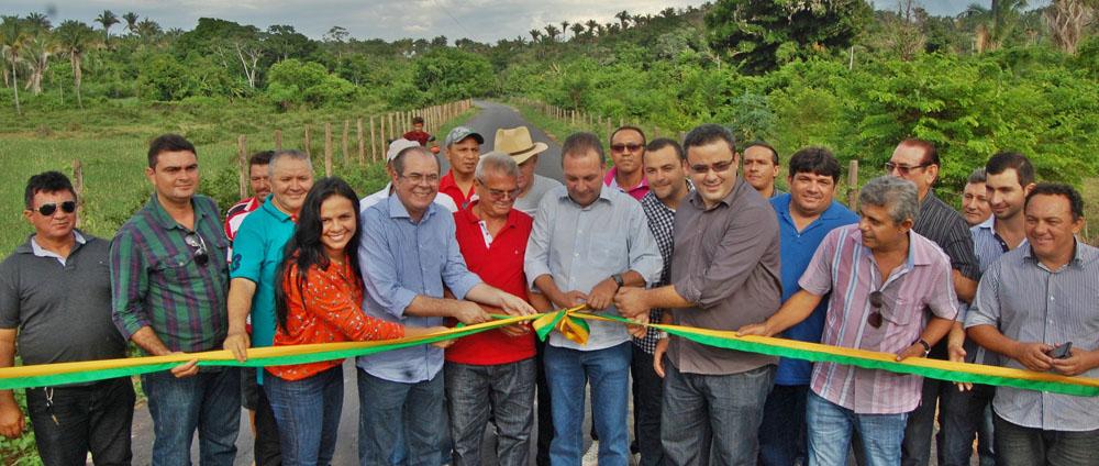 Secretários Luis Fernando Silva e Hildo Rocha e demais autoridades inauguram estrada em Lago dos Rodrigues