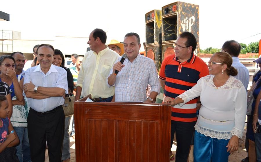 Foto 3 - Luis Fernando assina ordem de serviço