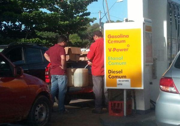 Posto descumpre acordo e vende combustível em vasilhame.