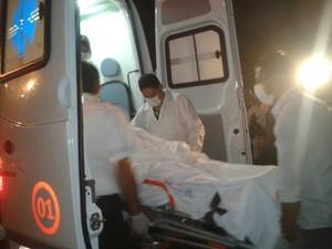 Juliane é colocada em ambulância antes de seguir para Brasília.
