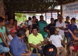 Wellington com famílias de não indígenas no acampamento em São João do Caru