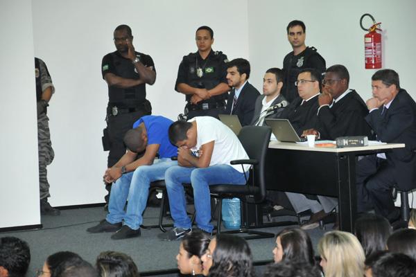 Jhonatan de Sousa Silva e Marcos Bruno Silva de Oliveira estão sendo julgados, no Fórum Desembargador Sarney Costa, no calhau