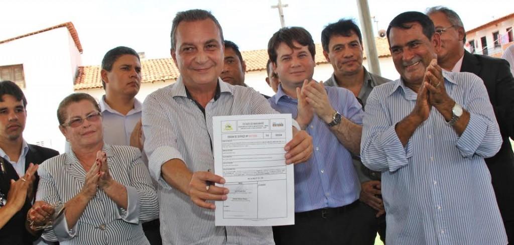 Secretário Luis Fernando Silva, ao lado de demais autoridades, exibe autorização para início de obras em Paço do Lumiar.
