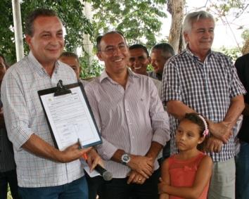 Secretário Luis Fernando apresenta a autorização da pavimentação de ruas e avenidas, ao lado do presidente da AL, Arnaldo Melo.