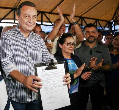 Luis Fernando Silva mostra ordem de serviço que autoriza a reforma do ginásio em Chapadinha.