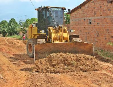 Operários começam o trabalho de limpeza das ruas que irão receber pavimentação no município.