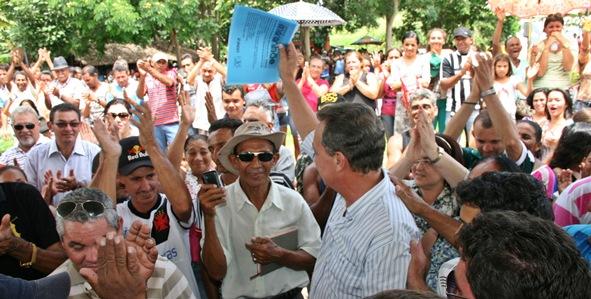 Secretário Luis Fernando exibe a ordem de serviço autorizando o início das obras em São Domingos do Maranhão.