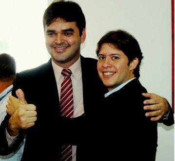 Deputado Rubens Júnior em um abraço caloroso com o prefeito Léo Coutinho