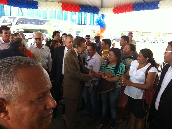Ministro Lobão agradece a presença de lideranças no ato politico (foto: Blog do Neto Ferreira).