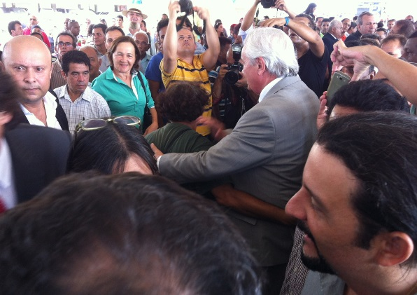 Deputado Arnaldo Melo é abraçado por liderança. (foto: Blog do Neto Ferreira).