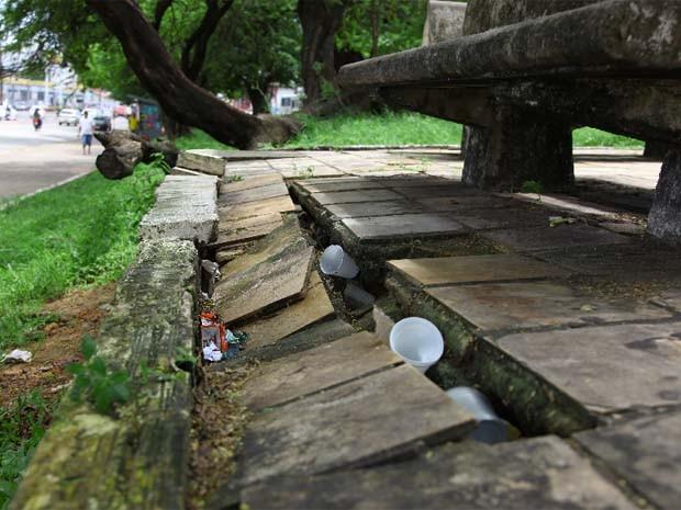 Calçamento de praças na capital está quebrado (Foto: Biné Morais/O Estado)