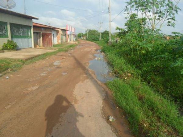 Rua Rio Branco que dá acesso a escola do estado.