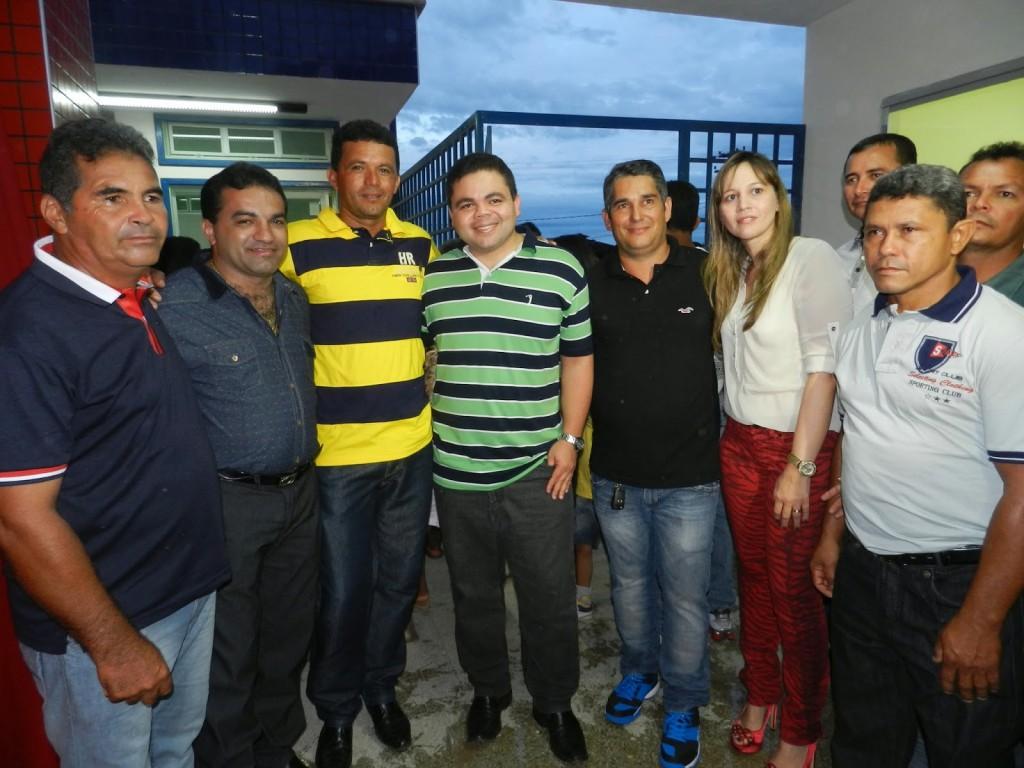 Ex-prefeito de Maranhãozinho acompanhado da esposa e do deputado federal Davizinho.
