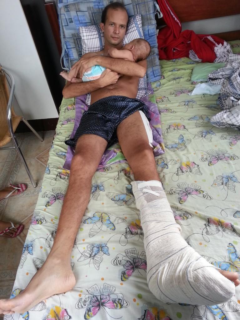 Maxuel dos Santos Neves já em casa com seu filho de apenas 3 meses no colo.