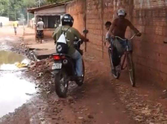 Motoqueiros usando trecho da calçada como passagem