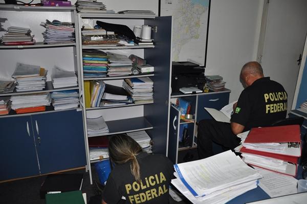 Os agentes da Polícia Federal vasculhando documentos na Dimensão Engenharia.