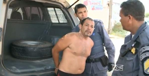 Carlos Humberto Marão Filho sendo conduzido pelo policiais